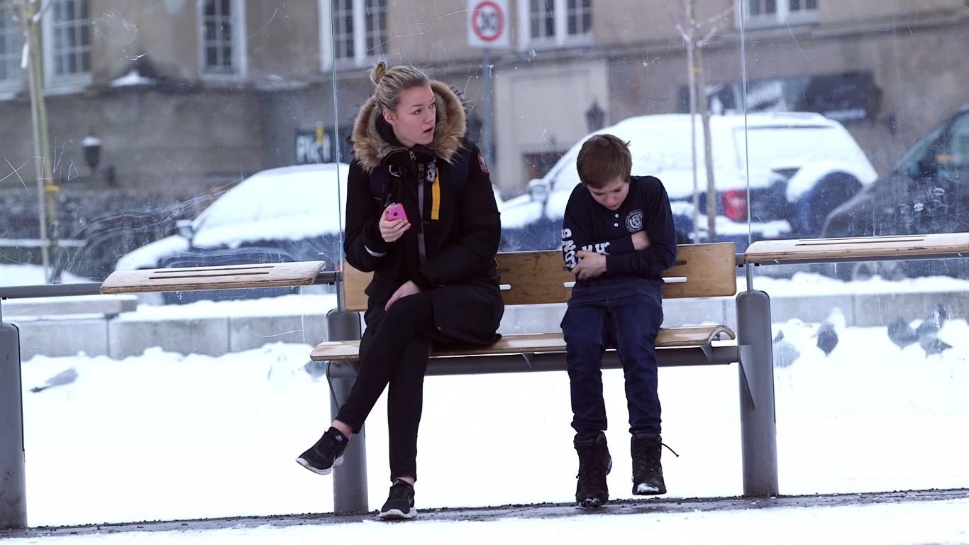 Commovente bimbo infreddolito ad Oslo (VIDEO)