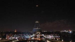 PARIGI: LA TOUR EIFFEL SPENTA IN SEGNO DI LUTTO