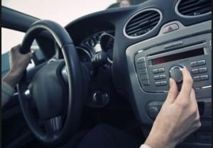 Ascoltare musica alta in auto diventa reato