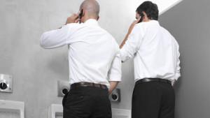 Cellulare al bagno? Pessima idea. Ecco perché…