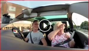Nonna in lacrime per la sorpresa organizzata dal nipote