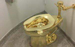 Il wc d'oro esposto al Guggenheim. Funziona e si può usare