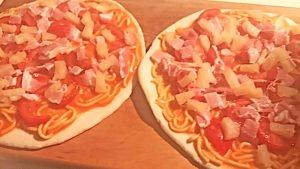 Pizza con spaghetti in scatola, la ricetta che non piace agli italiani