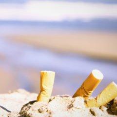 Divieto di fumare in spiaggia, multe fino a 500 euro. Ecco i Comuni dove non è vietato