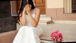 Abbandonata sull'altare dallo sposo, va a festeggiare lo stesso con gli amici