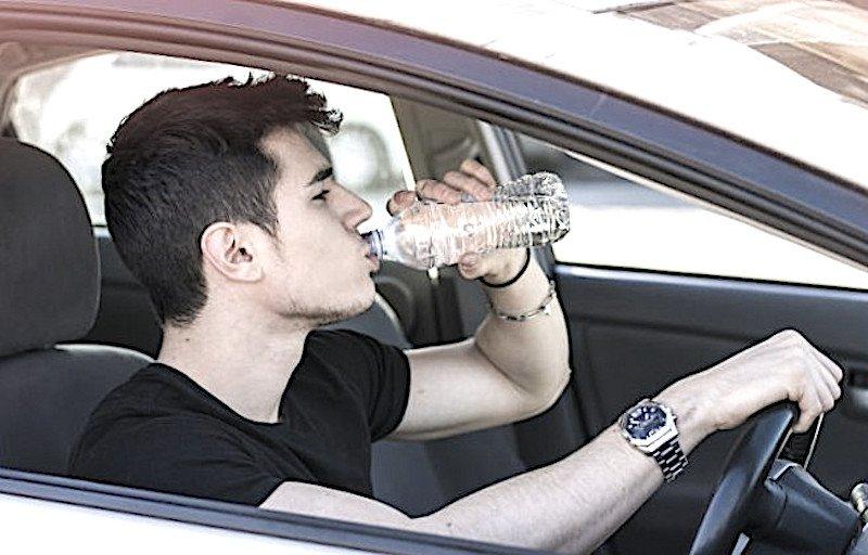 Al volante senza bere acqua. Un errore, come essere sotto l'effetto dell'alcol