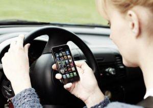 Manovra, multa raddoppiata per chi telefona mentre guida