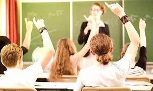 Maestre senza laurea, da oggi rischiano il posto a scuola