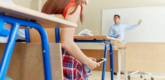 Niente cellulare a scuola. In Francia il divieto diventa legge