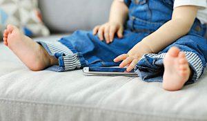 Smartphone in mano pediatri 'Mai prima dei 2 anni'