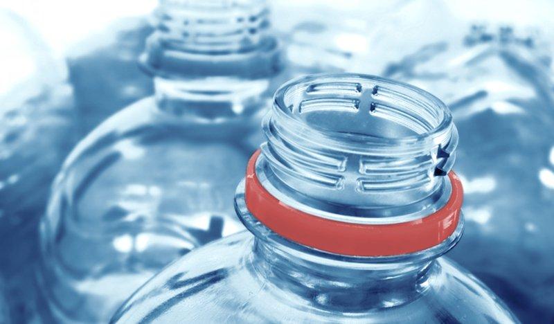 Usi bottiglie di plastica più di 1 volta? Hanno più batteri di un wc
