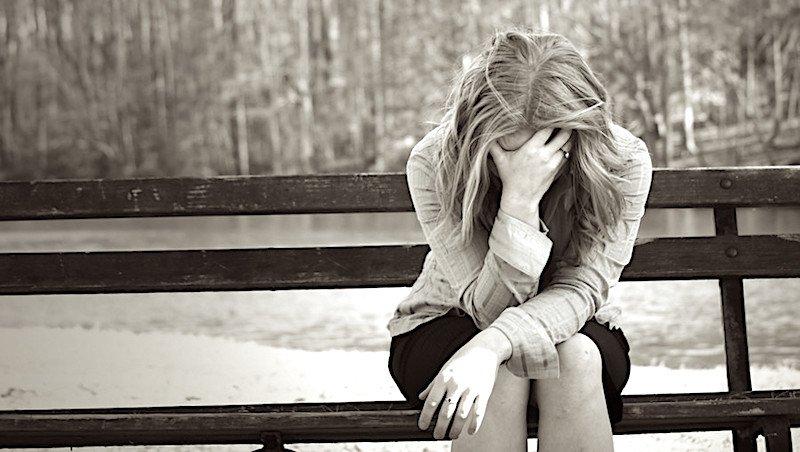 Chiudere una relazione o essere lasciati non è mai bello e superare la fine di una storia amorosa talvolta è davvero complicato. A soffrire è l'anima ma soprattutto il corpo. E' stato dimostrato, come alcune persone soffrano più di altre per la distruzione di un rapporto di coppia, anche a livello fisico. Nello specifico, secondo gli esperti dell'American Heart Association, il dispiacere causato dalla fine di un rapporto importante è vissuto come un vero e proprio lutto. La sofferenza amorosa infatti, secondo altri recenti studi, coinvolge potentemente anche il fisico con una serie di sensazioni tipiche, che vanno appunto dal mal di stomaco alla difficoltà a dormire, alle crisi di ansia. Secondo gli psicologi, oltre ad un calo mentale e della felicità si ha anche un vero e proprio indebolimento del sistema immunitario. E' stato dimostrato, che le aree del cervello che si accendono in risposta al dolore dell'abbandono, al dolore dell'esser lasciati, sono le stesse accese da un dolore fisico come una scottatura, ossia la corteccia secondaria somatosensoriale e l'insula dorsale posteriore, aree la cui attivazione era stata vista finora solo in risposta a stimoli fisici. Ma l'abbandono, il sentirsi persi e soli dopo un lungo cammino insieme spaventa sempre. Spaventa la solitudine, la paura dei ricordi, il timore di non poter più stare bene, di avere paura, di non avere più voglia di uscire di casa. Essere lasciati rende vulnerabili e anche una semplice cena con gli amici può diventare un'esperienza terribile. In alcuni sale una certa sorta di ansia nel sentirsi scoperti davanti agli altri. Le persone che chiudono in maniera sofferente una relazione devono affrontare una serie di stati d'animo che vanno dalla paura, all'odio, al risentimento, al timore. Un cocktail di emozioni forti che talvolta mettono a dura prova anche il nostro sistema immunitario. Il bisogno di stare soli, in casa, di sentirsi in qualche modo protetti e ovattati dalla realtà circostante serve alla p