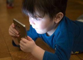 Bimbi al cellulare. L'80% è a rischio, i pediatri: 'genitori troppo permissivi'