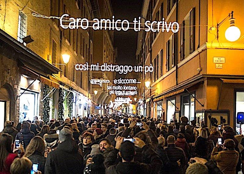 A Bologna i versi di Lucio Dalla diventano luminarie