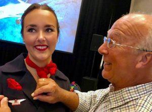 Sua figlia è assistente di volo e lavora a Natale. Lui prende sei aerei per stare con lei