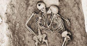 Il lato romantico della storia Il bacio senza tempo che dura da 2800 anni (1)