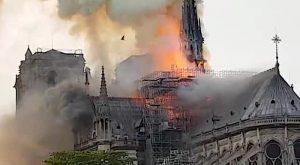 Vasto incendio a Notre Dame a Parigi, crolla la guglia e il tetto