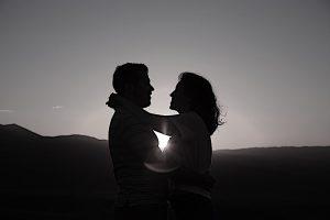 Dickinson Quando sentiamo il bisogno dell'abbraccio, dobbiamo correre il rischio di chiederlo'